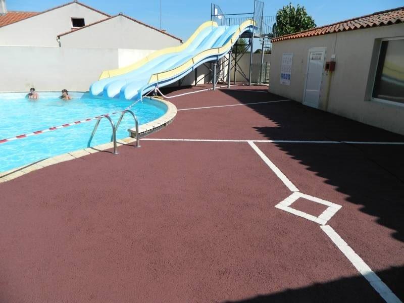 Pavimentos de piscinas permosol 12 pavimentos pavipor for Pavimento para piscinas